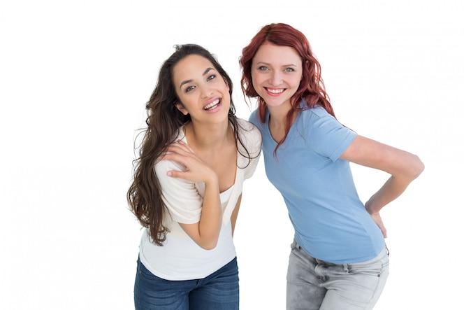 Retrato de dos alegres jóvenes amigas