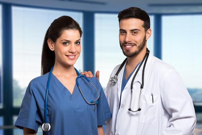 Retrato de dos trabajadores médicos sonrientes