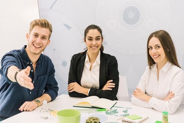 Retrato de empresarios masculinos y femeninos felices que miran la cámara