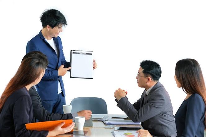 Retrato de empresarios multirraciales lluvia de ideas en la reunión