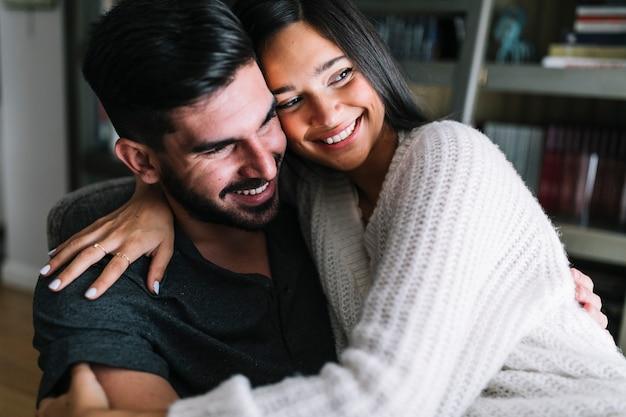 Retrato de feliz pareja amorosa joven
