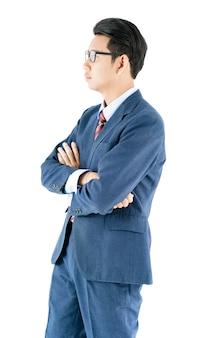 Retrato de hombre de negocios en traje y brazos cruzados