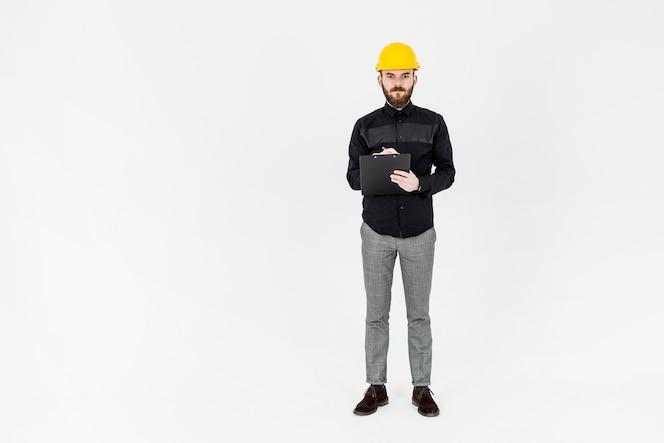 Retrato de ingeniero masculino con bolígrafo y portapapeles