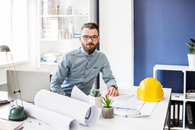 Retrato de joven arquitecto masculino en la oficina