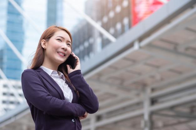 Retrato de joven bella mujer de negocios en la ciudad moderna. persona de negocios