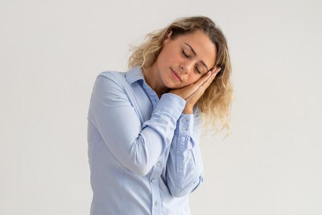 Retrato de joven empresaria mostrando gesto durmiendo