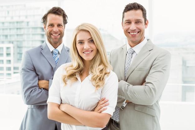 Retrato de jóvenes empresarios en la oficina