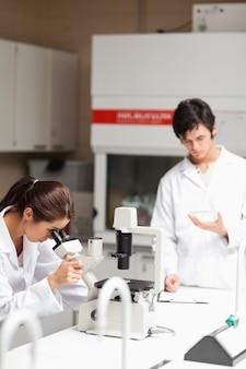 Retrato de jóvenes estudiantes de ciencia haciendo experimentos