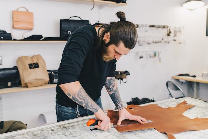Retrato de moderno artesano guapo se centró en su trabajo