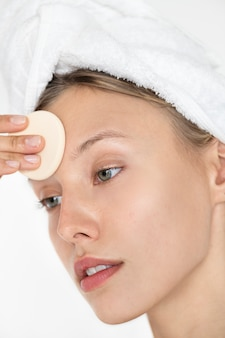 Retrato de mujer blanca haciendo su rutina diaria de maquillaje