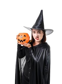 Retrato de mujer en negro scary bruja disfraz de halloween de pie con sombrero