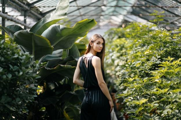 Retrato de mujer hermosa en el jardín