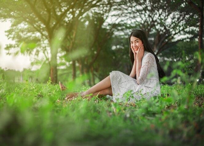 Retrato de mujer hermosa en el parque