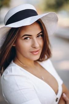 Retrato de mujer joven con sombrero