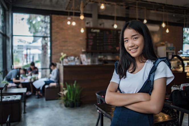 Retrato de mujer joven sonriendo en el café cafetería