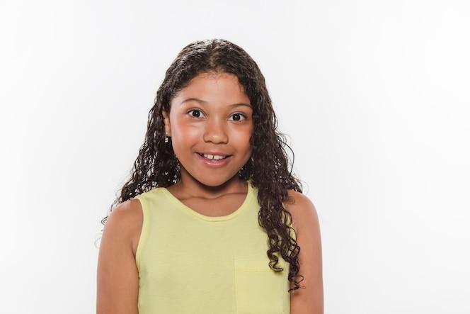 Retrato de niña feliz contra el fondo blanco