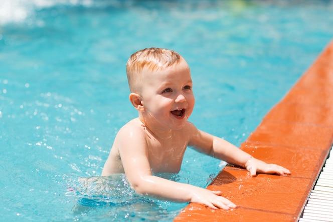 Natacion ninos fotos y vectores gratis for Fotos follando en la piscina