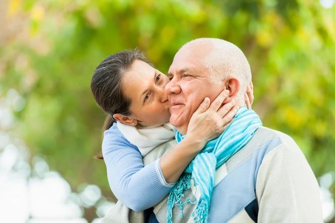 Retrato de pareja madura en el parque de otoño