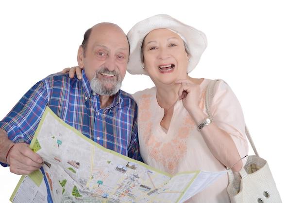 Retrato de pareja senior con mapa buscando vistas.