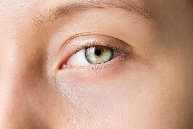 Retrato de primer plano de mujer blanca en los ojos