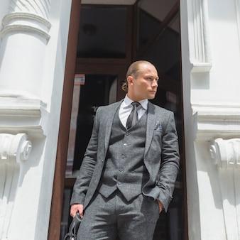 Retrato de un apuesto hombre de negocios en traje