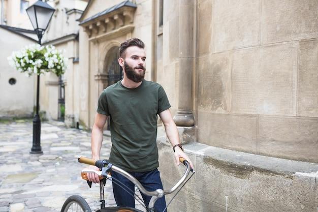 Retrato de un ciclista masculino con su bicicleta