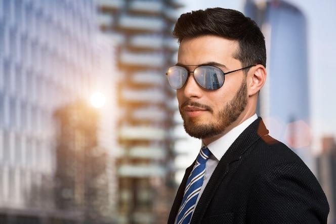 Retrato de un hombre de negocios con gafas de sol