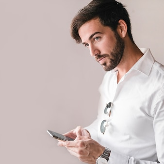 Retrato de un hombre joven que usa smartphone