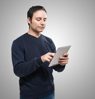 Retrato de un hombre usando una tableta digital