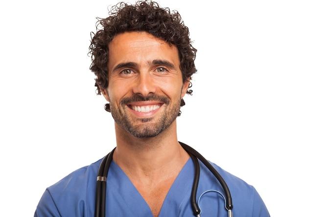 Retrato de un médico guapo. aislado en blanco