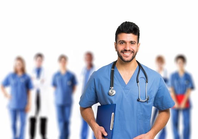 Retrato de un médico sonriente frente a su equipo