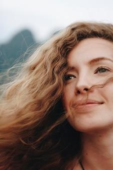 Retrato de una bella mujer con pelo rizado