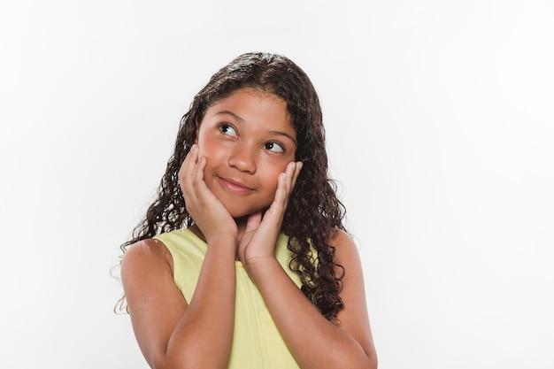 Retrato de una chica contemplada con la mano en la mejilla
