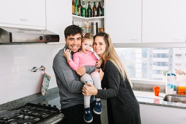 Retrato de una familia feliz en la cocina