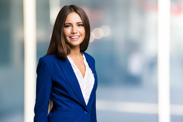 Retrato de una joven mujer sonriente