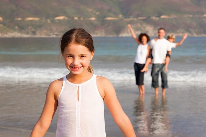 Retrato de una linda familia divirtiéndose