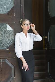 Retrato de una mujer hermosa con anteojos