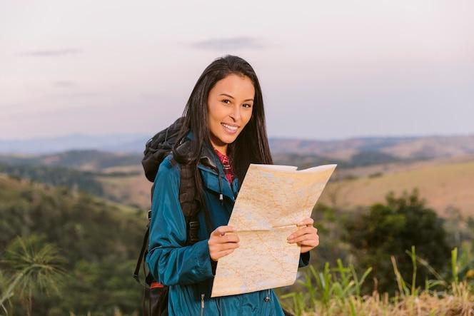 Retrato de una mujer joven con mapa
