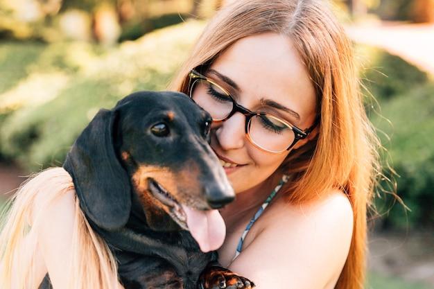 Retrato de una mujer joven feliz con su perro