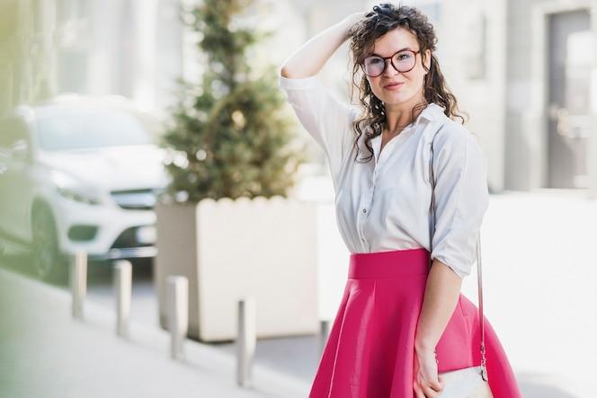 Retrato de una mujer joven usando anteojos