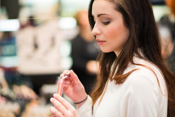 Retrato de una mujer tratando de un producto en un salón de belleza
