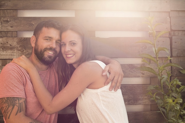 Retrato de una pareja feliz al aire libre