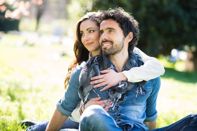 Retrato de una pareja sonriente divirtiéndose al aire libre