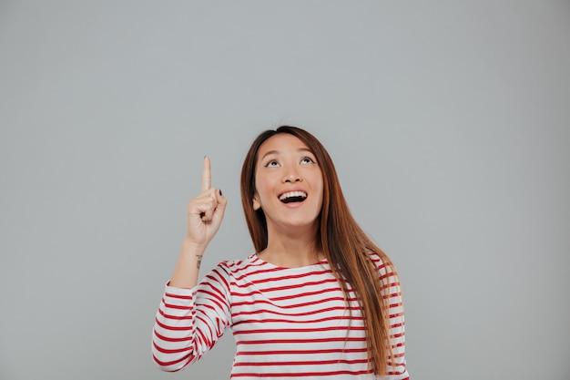 Retrato de un dedo acusador divertido feliz mujer asiática