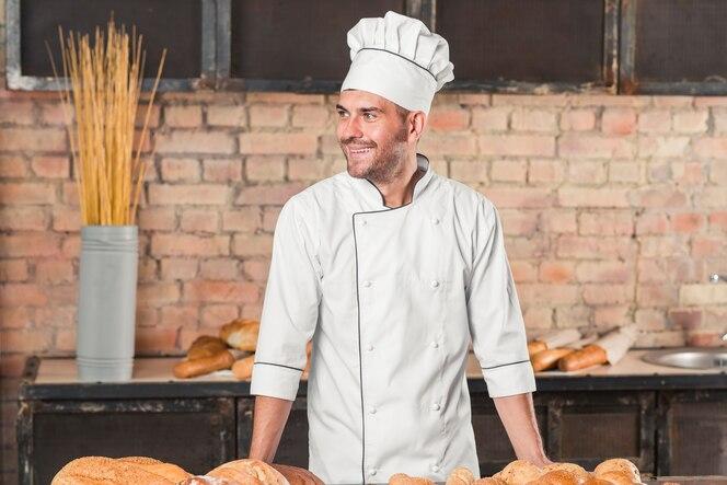 Retrato del panadero de sexo masculino feliz en uniforme