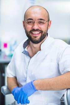 Retrato de un dentista feliz con anteojos