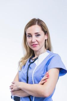 Retrato de un dentista de sexo femenino joven en el fondo blanco