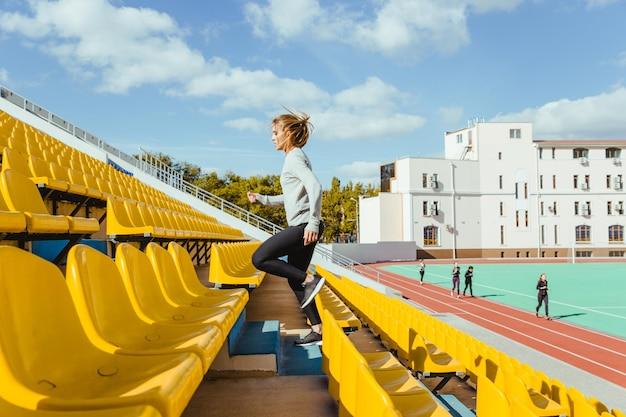 Retrato, de, un, deportes, mujer, funcionamiento, en, estadio