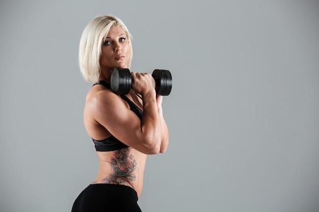 Retrato de una deportista adulta muscular seria