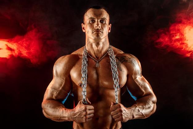 Retrato de deportista musculoso con cadena de metal en el cuello
